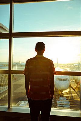 Mann wartet auf Abflug - p432m1181460 von mia takahara