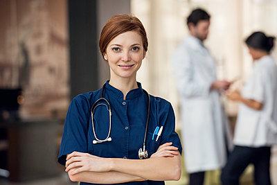Healthcare professional, portrait - p623m1447760 by Eric Audras