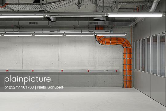Leere Werkhalle - p1292m1161733 von Niels Schubert