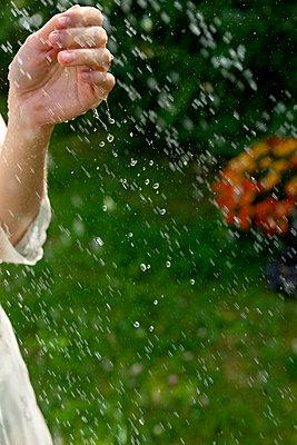Frau spielt mit Wasser - p427m2134521 von Ralf Mohr