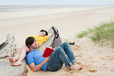 Young couple at the beach - p9247086f by Image Source