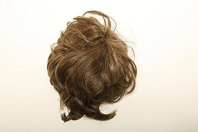 Braune Haarperücke - p1650779 von Andrea Schoenrock