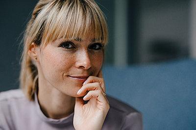 Portrait of a beautiful blond woman, smiling - p300m2103870 by Joseffson