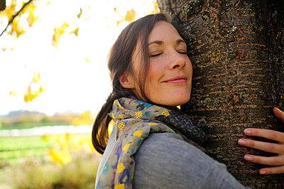 Portrait of woman tree hugging - p300m2155827 by Eyecatcher.pro