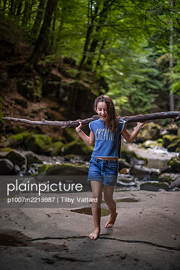 Girl playing in the woods - p1007m2219987 by Tilby Vattard