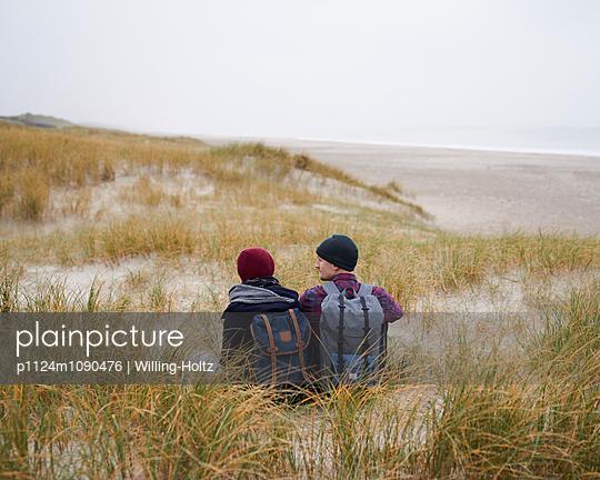 Paar sitzt in den Dünen - p1124m1090476 von Willing-Holtz