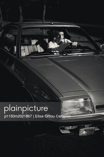 Autofahrer bei Nacht - p1150m2021867 von Elise Ortiou Campion