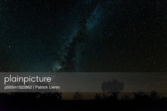 plainpicture | Photo library for authentic images - plainpicture p555m1522862 - Stars in night sky - plainpicture/Blend Images/Patrick Lienin