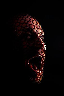 Schreiender Mann mit Netz über dem Gesicht - p1248m1332497 von miguel sobreira