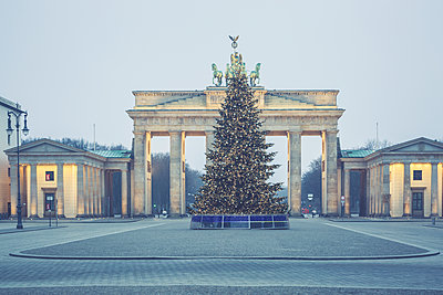 Germany, Berlin, Christmas tree in front of Brandenburg Gate at Pariser Platz - p300m1204920 by Anke Scheibe