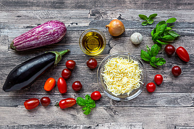 Various ingredients for aubergine-pizza, low carb - p300m2083976 von Sandra Roesch