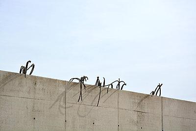 betonmauer+stahlgitter 05 - p876m1573443 von ganguin