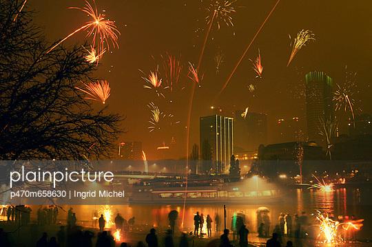 Feuerwerk über dem Main - p470m658630 von Ingrid Michel