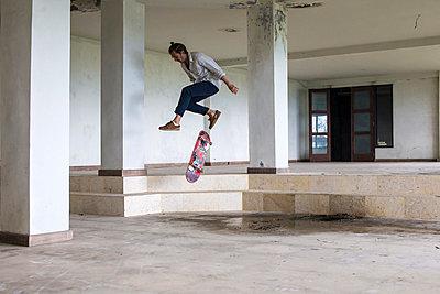Skateboarding im verlassenen Hotel,  Bedugul, Bali - p1108m987157 von trubavin