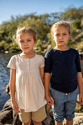 Zwei Mädchen am Seeufer - p1355m1574090 von Tomasrodriguez