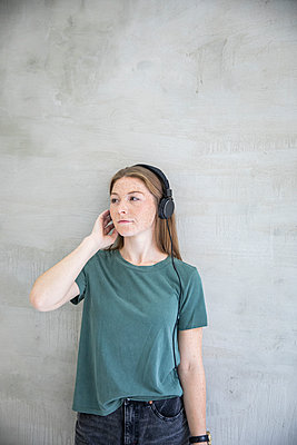 Cool young woman with headphones - p276m2111132 by plainpicture