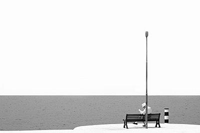 Alter Mann am Ufer liest die Zeitung - p277m729241 von Dieter Reichelt