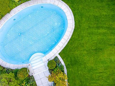 Empty swimming pool in garden, top view - p300m2004599 von Michael Malorny