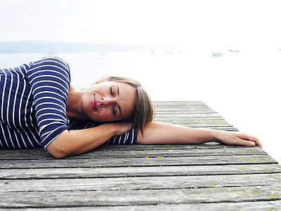 Frau liegt auf einem Steg  - p6430089 von senior images
