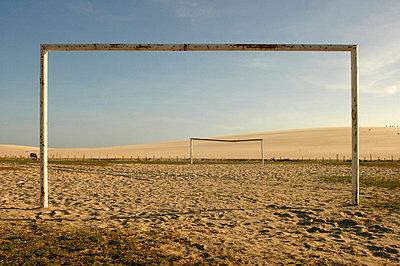 Empty football pitch on beach - p6440647 by Dosfotos