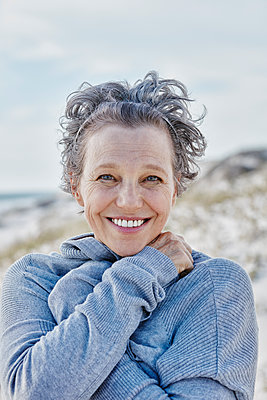 Portrait of smiling woman on the beach - p300m1153485 by Roger Richter