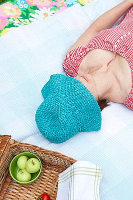 Woman sleeping in summer - p4541466 by Lubitz + Dorner
