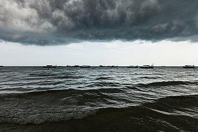 Schlechtwetter in Sihanoukville - p842m1030653 von Renée Del Missier