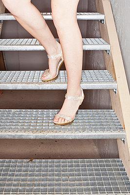 Mit High-Heels auf der Treppe - p9300191 von Ignatio Bravo