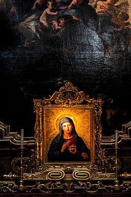 Picture of a saint in church - p947m1041307 by Cristopher Civitillo