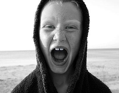 Kleiner Junge mit offenem Mund am Meer - p972m1088598 von Patric Johansson