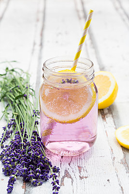 Homemade lavender lemonade with lemon - p300m2004343 von Larissa Veronesi