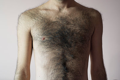 Close up of a young man's naked chest  - p794m1092335 by Mohamad Itani