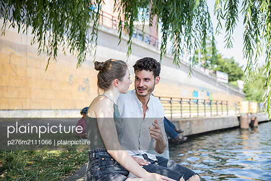 Young couple talking  - p276m2111066 by plainpicture