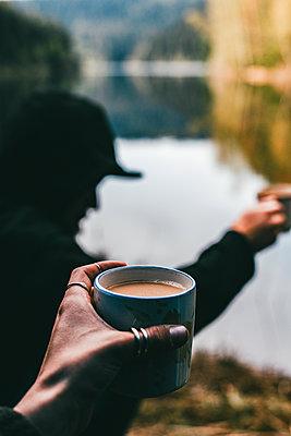 Morgenkaffee an einem Bergsee - p1455m2204900 von Ingmar Wein