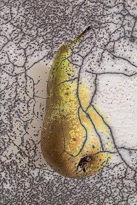 Double exposure with a pear - p1682m2264049 by Régine Heintz