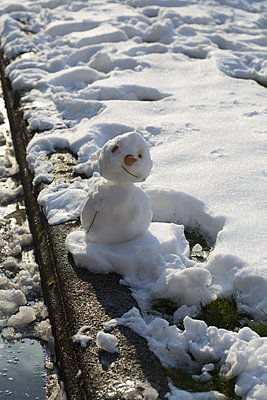 Snowman with carrot - p596m1563744 by Ariane Galateau