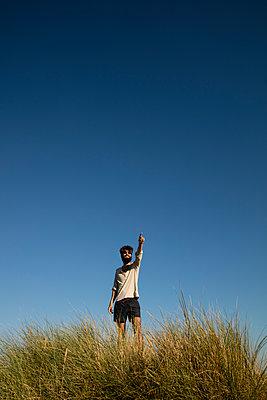 Mann in den Dünen - p1212m1168626 von harry + lidy