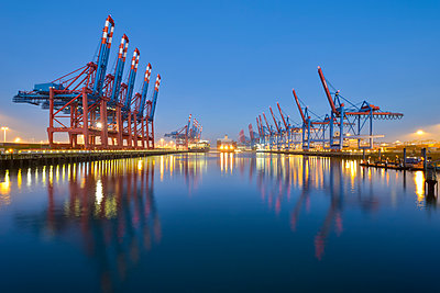Germany, Hamburg, Port of Hamburg, Container Terminal in the morning - p300m1228364 by Roy Jankowski
