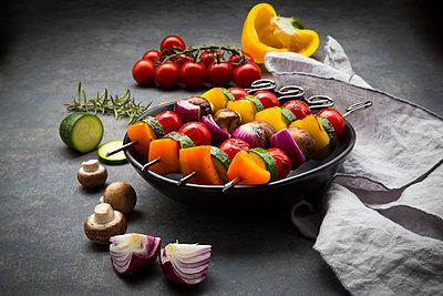 Vegetarian grill skewers on bowl and ingredients - p300m2012844 by Larissa Veronesi