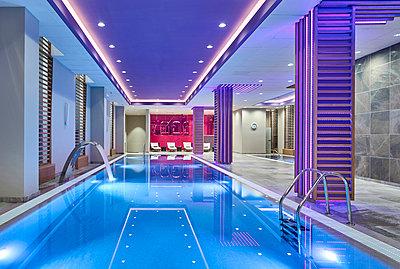 Luxuriöser Spa mit Pool - p390m1441300 von Frank Herfort