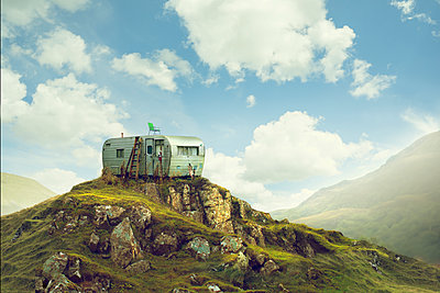 Motor home on hill in green landscape - p555m1303567 by Chris Clor