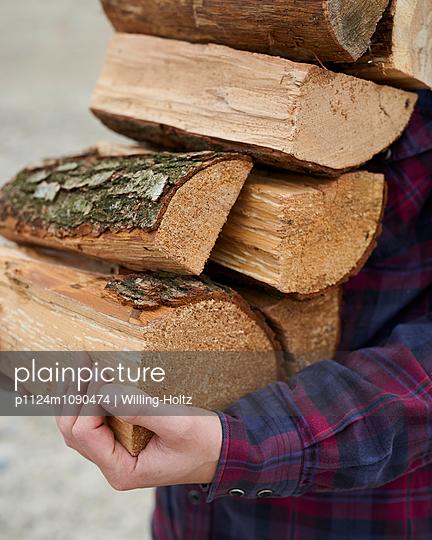 Mann trägt Feuerholz - p1124m1090474 von Willing-Holtz