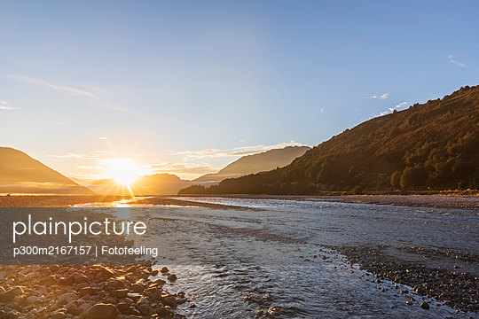 New Zealand, Grey District, Inchbonnie, Sun rising over Waimakariri River in Arthurs Pass National Park - p300m2167157 by Fotofeeling
