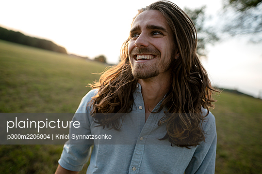 Happy young man on a meadow in the countryside - p300m2206804 by Kniel Synnatzschke