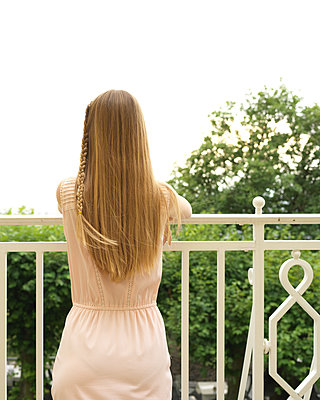 Rear view of female teenager on balcony - p1376m2107370 by Melanie Haberkorn