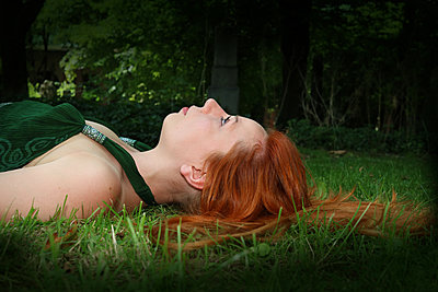 Young woman lying on grass - p450m1466404 by Hanka Steidle