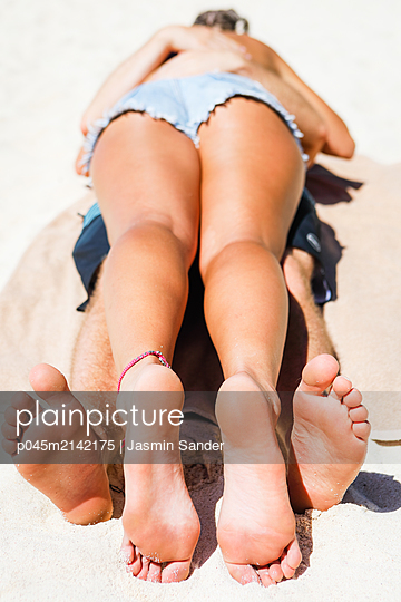 Pärchen kuschelt verliebt am Strand - p045m2142175 von Jasmin Sander