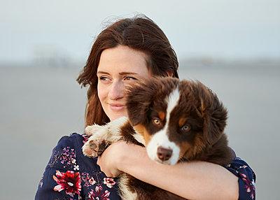 Hundewelpe auf dem Arm - p1124m1223972 von Willing-Holtz