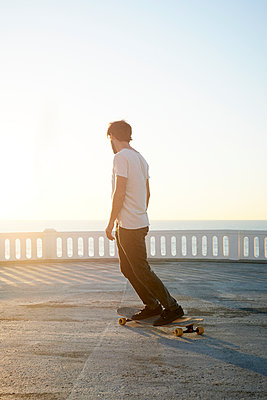 Man on longboard practising by the sea - p1124m1503651 by Willing-Holtz