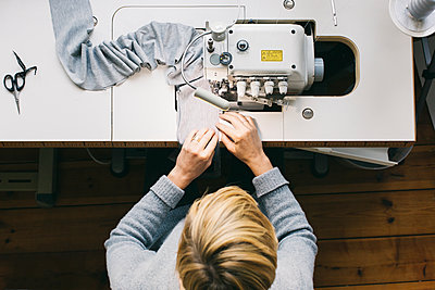 Top view of woman using sewing machine - p300m2029818 by Visualspectrum